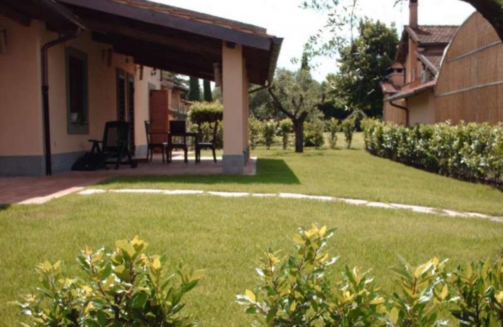 Giardino privato in comprensorio di ville e green for Progettazione giardini roma