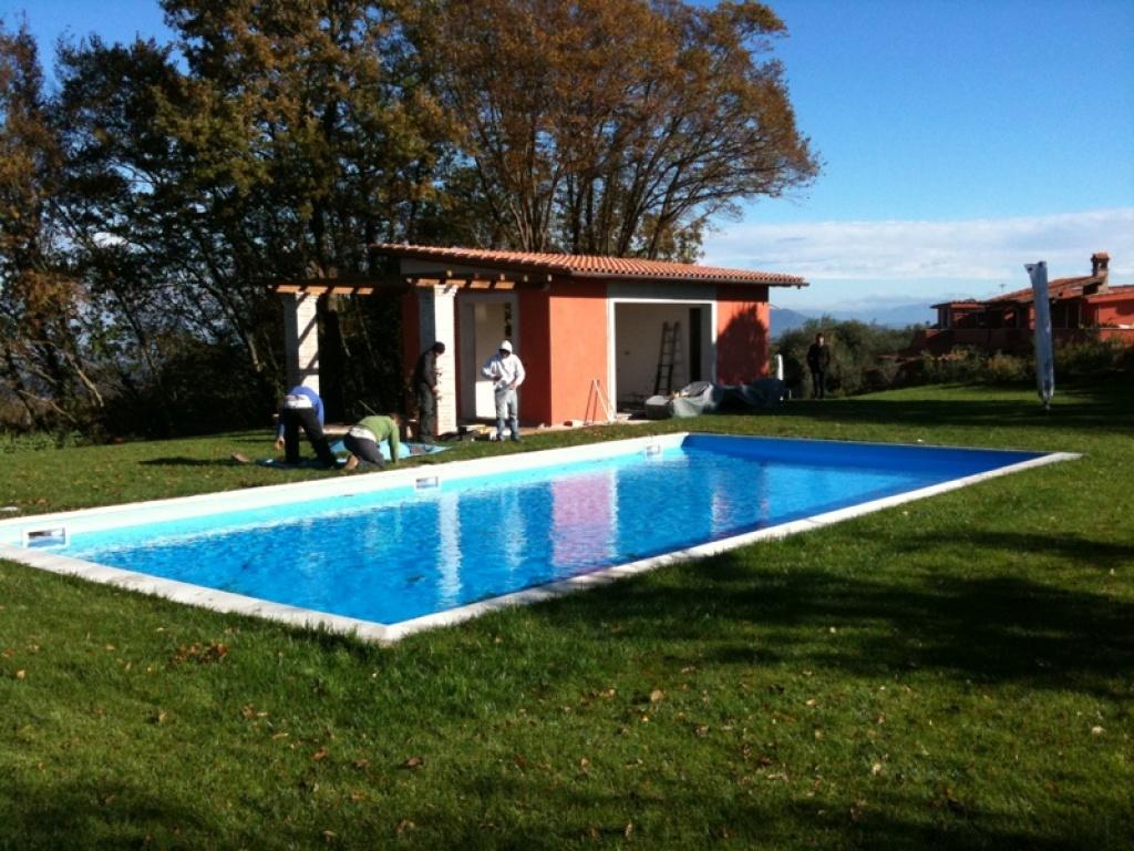 Giardino con piscina in villa zona formello e green realizzazione e progettazione giardini roma - Villa con piscina roma ...