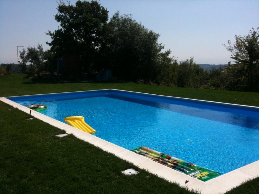 Giardino con piscina in villa zona formello e green - Villa con piscina roma ...